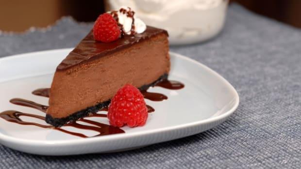 chocolate-cheesecake-with-raspberry