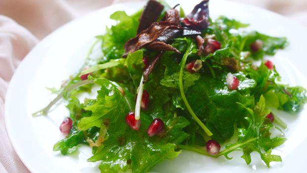 Kale salad with caramelized leek vinaigrette and carrot bacon