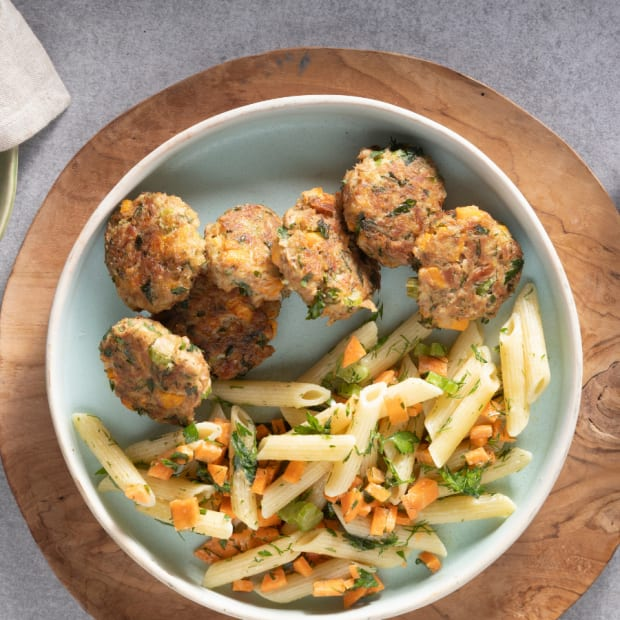 Tuna cakes with macaroni salad