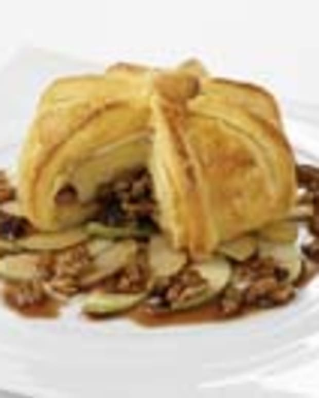Baked Brie with California Raisins and Port Wine in Puff Pastry
