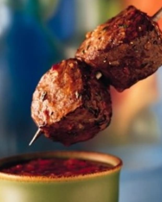 Beef_Kabobs_with_Roasted_Red_Pepper_Dipping_Sauce-269x279