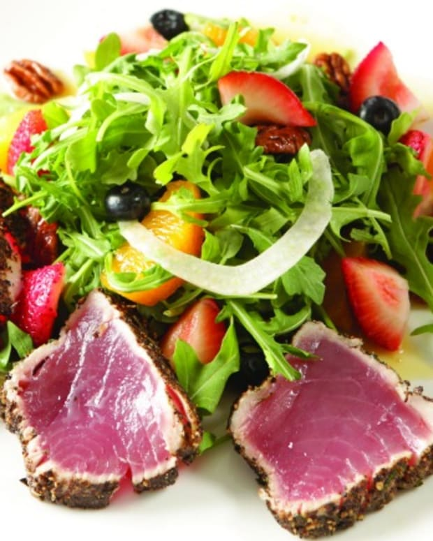 Jeff Nathan's Pepper Crusted Tuna on Arugula, Fennel and Orange Berry Salad