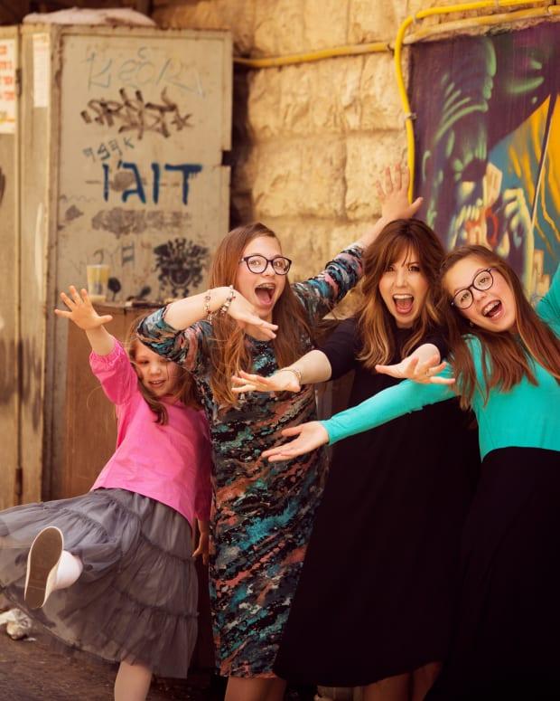 JAMIE GELLER AND GIRLS DANCE SHUK