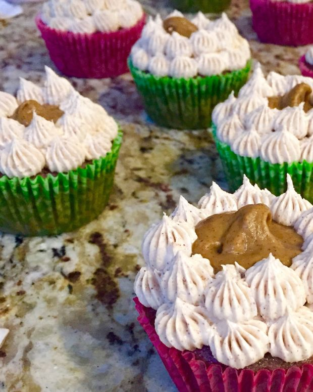 Chai Cupcakes with Pumpkin Pie Filling and Cinnamon Buttercream