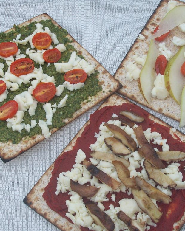 Roasted Garlic Matzo Pizza