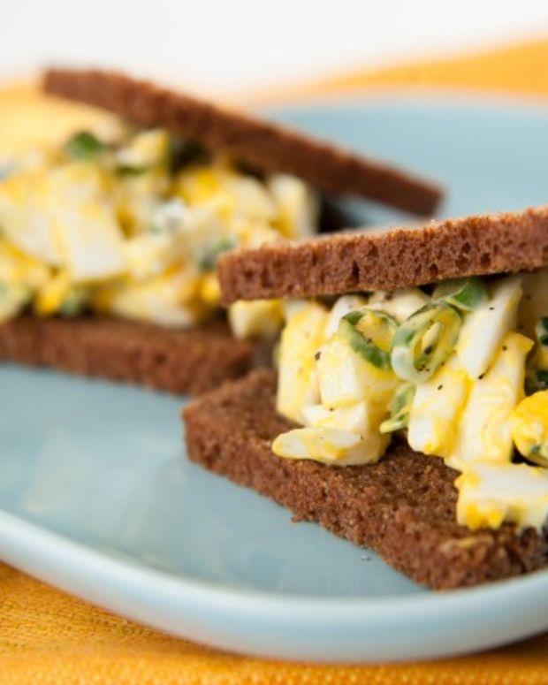 egg salad on pumpernickle