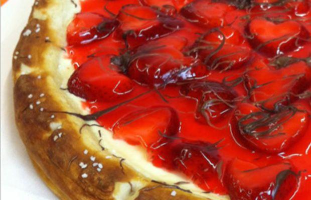 strawberry-cheesecake-dessert-pizza-recipe-vert