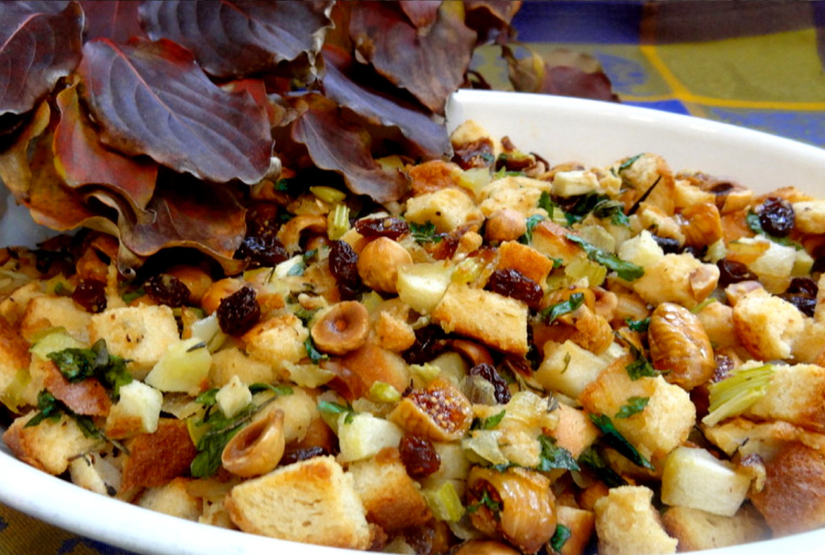 bread stuffing with figs and hazelnuts