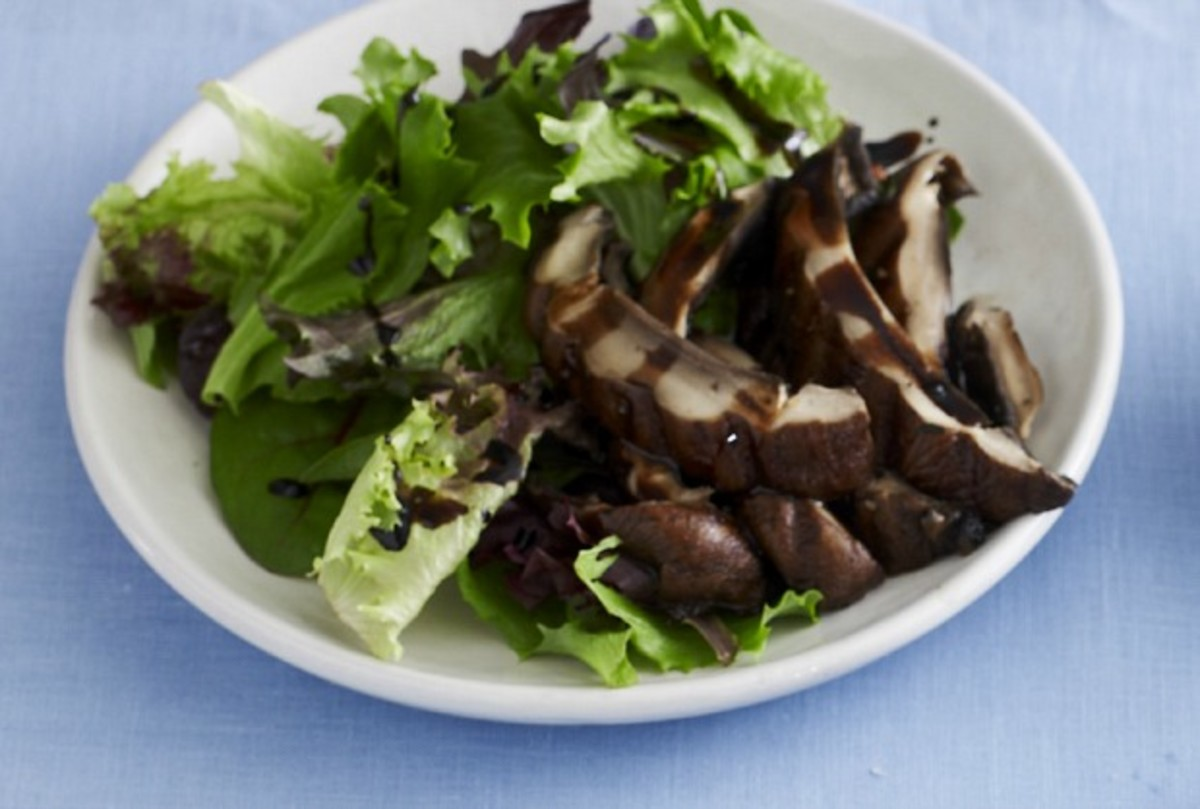 Bella Topped Salad with Balsamic Reduction