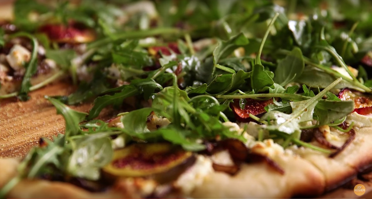 FIG, CARAMELIZED ONION, AND GOAT CHEESE PIZZA